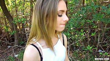 Молодая шлюха отсосала другу в парке