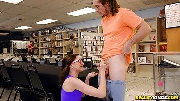 Парень трахнул в библиотеке молодую студентку