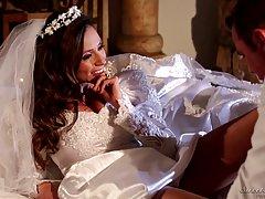 Невеста с большими сиськами Ариэлла Феррера получает член в ...