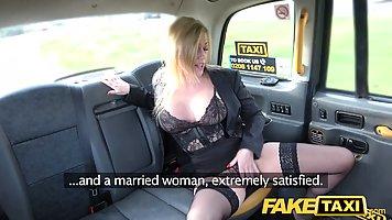 Грудастая блондинка дала таксисту себя выебать вместо оплаты