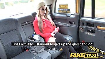 Длинноногая блондинка трахается на заднем сидении такси с во...