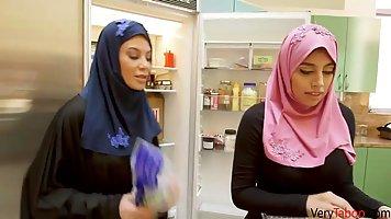 Арабская красотка трахается со своим соседом на кухне и в сп...