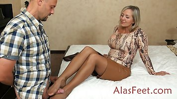 Жена в колготках теребит член своего благоверного на веб кам...