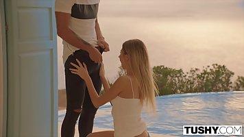 Красивая блондинка на закате занимается анальным сексом
