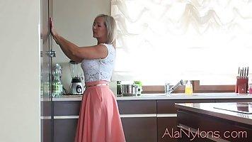 Зрелая блондинка задирает юбочку и показывает свои чулочки