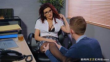 Озабоченная начальница в чулках занимается сексом на полу оф...