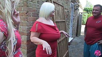 Две толстушки мамочки с большими сиськами трахаются с одним ...