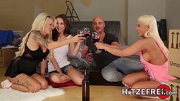 Три подружки устроили для лысого мужика групповое порно с ор...