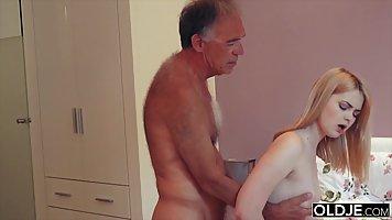 Старик соблазнил молодую блондинку на классический секс в сп...