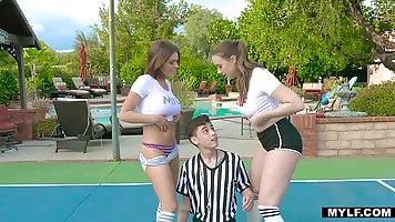 Две молодые теннисистки на корте трахаются с одним неопытным...