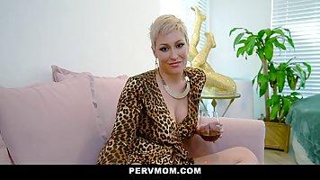 Мамочка с большой попой и сиськами снимается в порно от перв...