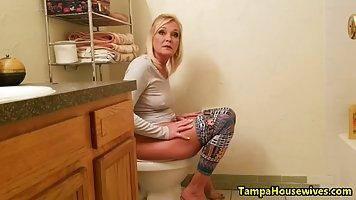Зрелая бабища после мастурбации в туалете по вебке показывае...