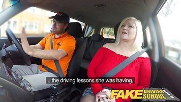 Зрелая дамочка обслуживает водителя такси в разных позах и д...