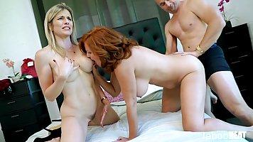 Две зрелые мамочки устроили с мужиком в спальне настоящий тр...