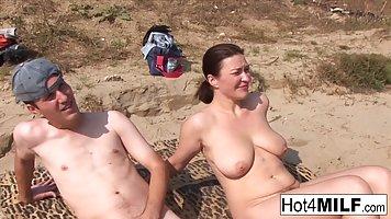 Грудастая женщина на пляже скачет волосатой дырочкой на член...