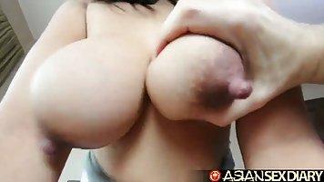 Азиатка в спальне дает мять сиськи руками и трахать киску чл...