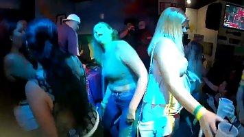 Зрелые женщины во время отдыха отрываются на вечеринке с мол...