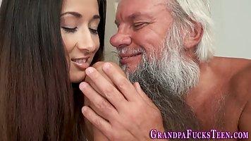 Молодая брюнетка согласилась на секс со старым бородатым дед...