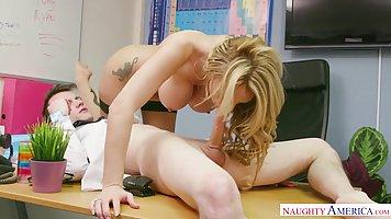 Начальник в офисе задирает ногу секретарши с большими сиська...