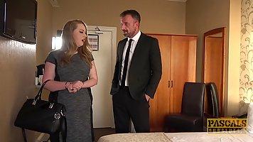 Риэлтор задирает жене платье на кровати и трахает ее толстое...