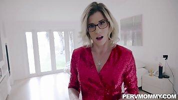 Блондинка в очках снимается в кино от первого лица с мужем и...