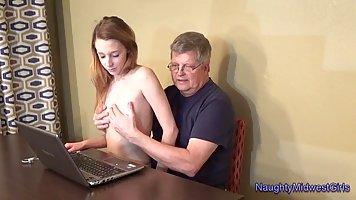 Молодая девушка с радостью раздвинула ноги для секса со стар...