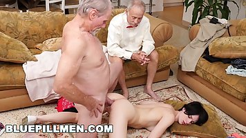 Старики на диване устроили для брюнетки групповой анальный с...