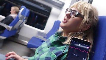 Блондинка в общественном транспорте делает парню минет и при...