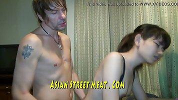 Азиатка в позе раком трахается с парнем ради съемки домашнег...