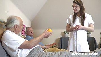 Молодая брюнетка медсестра ублажает в палате двух озабоченны...