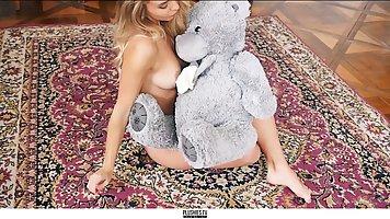 Блондинка на ковре занимается соло мастурбацией и кончает от...
