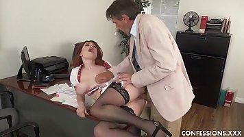 Рыжая секретарша с большими сиськами скачет на члене и труси...