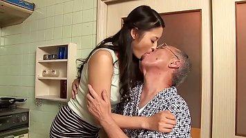 Азиатка после нежных поцелуев подставляет старику свою тугую...