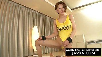 Азиатка в желтом купальнике подставляет дырочки для члена лю...
