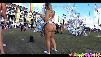 Девушка с большой попой прямо на улице показывает свои сочны...