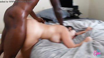 Брюнетка на кровати задрала свои ножки для домашнего порно с...
