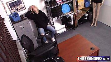 Блондинка с большими сиськами трахается с мужиком в офисе и ...