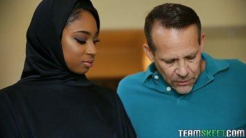Мулатка мусульманка надев свою паранджу занимается сексом с ...