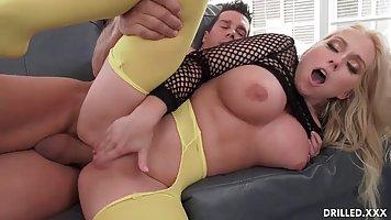 Блондинка с большими сиськами и попой испытала оргазм от ана...