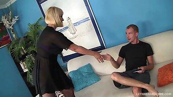 Жена с большой попой трусит большими сиськами во время секса...