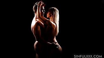 Красивый парень и сексуальна женщина занимаются любовью в те...