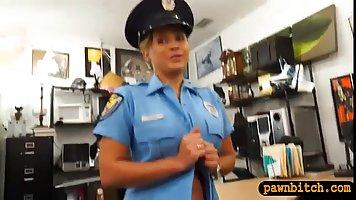 Горячая курящая женщина сняла свою униформу и получил вниз