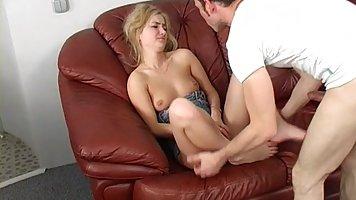 Симпатичный парень на бордовом диване устроил хардкор секс с...