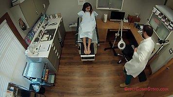 Доктор в больнице осматривает глубоко влагалище стройной брю...