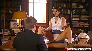 Сексуальная женщина Ева Ловиа раздвигает ноги в своем офисе ...