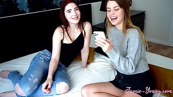 Лесбиянки сняли на вебкамеру легкие оральные ласки и возбуди...