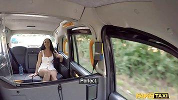 Анальный секс в машине с хуястым водителем приносит брюнетке...