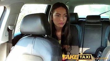 Похотливый таксист попросил одного из своих клиентов чтобы о...