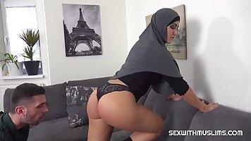 Большая попка арабской красотки в униформе готова к длинному...