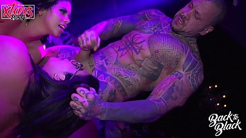 Сисястые девушки публично в ночном клубе отсасывают татуиров...